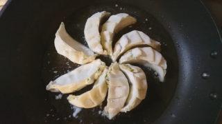 東十条の餃子の店の栄泉食品の生餃子を焼く