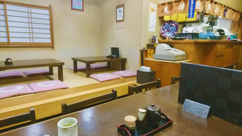 赤羽の天ぷら屋にしおかさんの店内