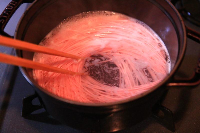 東京ピンクとんこつラーメンを茹でている