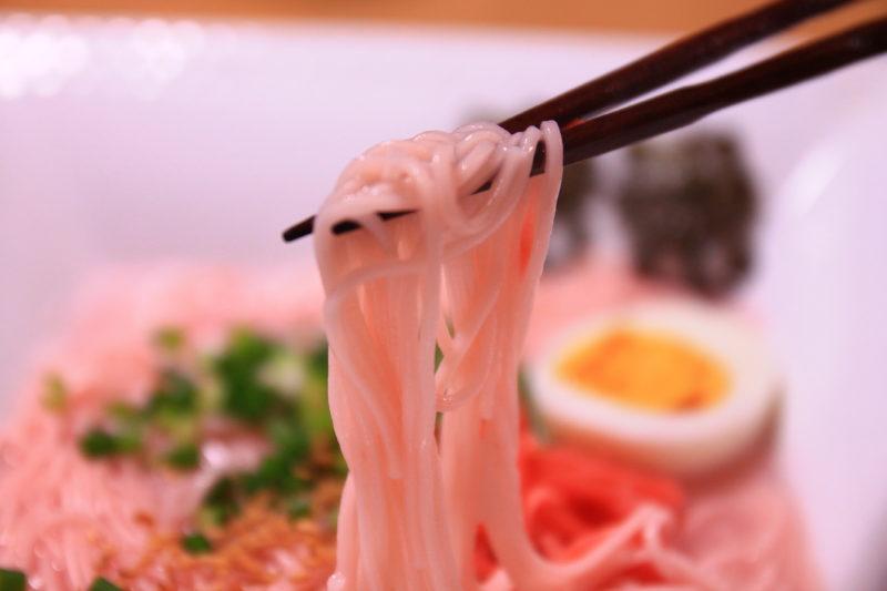 東京とんこつピンクラーメンの麺