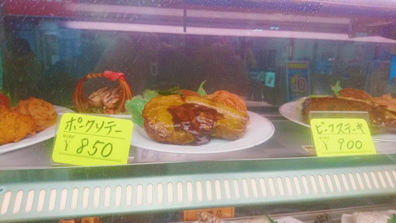 十条の天将のショーウインドウに飾られた食品サンプル