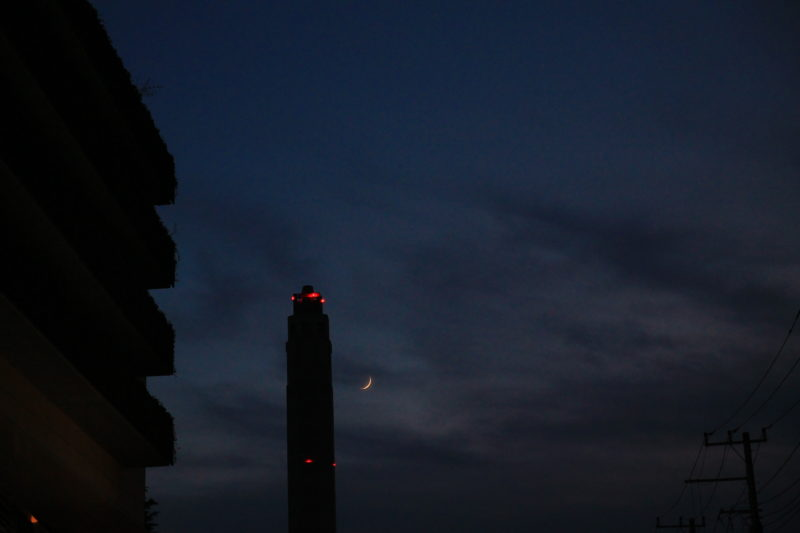 北清掃工場の煙突と月