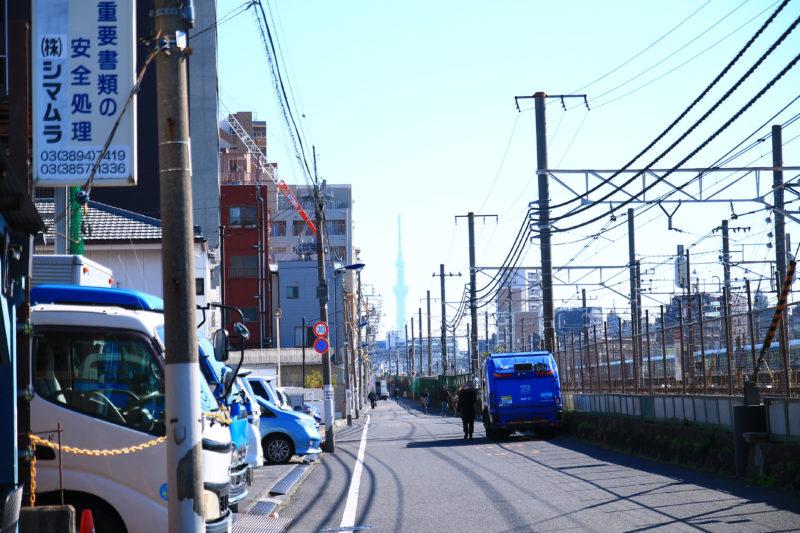 尾久駅の線路沿いの道