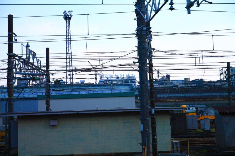 尾久駅から見える「腸にミヤリサン」の看板