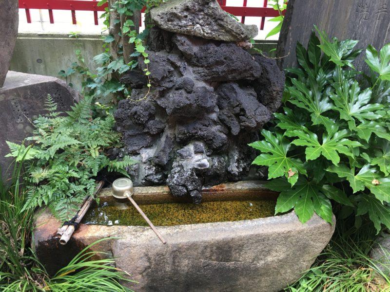 装束稲荷神社 手水桶