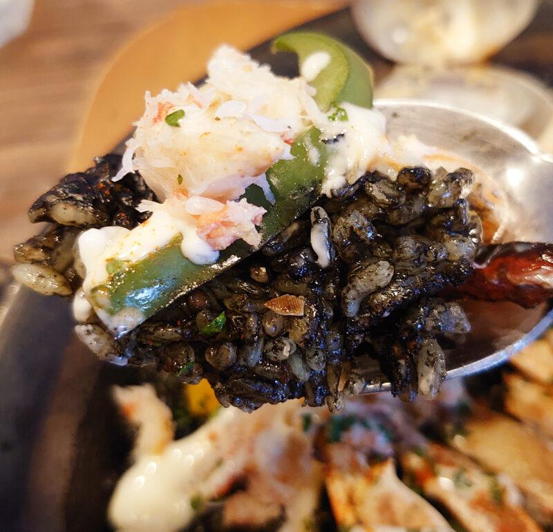 シーフードバル AZUL ずわい蟹とイカスミのブラックパエリア